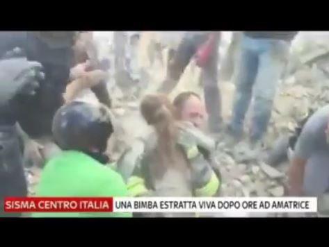 Bambina trovata viva sotto le macerie nel terribile terremoto del centro Italia.