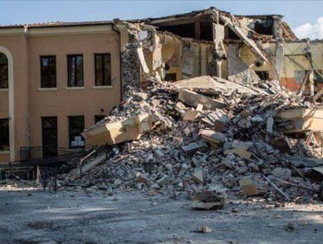 La scuola distrutta è il simbolo più doloroso di un popolo perennemente ingannato beffato ed ucciso.