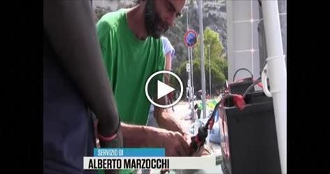 Pasquale, contadino di Dolceacqua costruisce pannello solare: migranti in coda per ricaricare i cellulari.