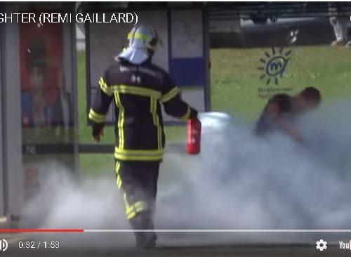 Ecco cosa succede a chi butta la sigaretta a suolo.