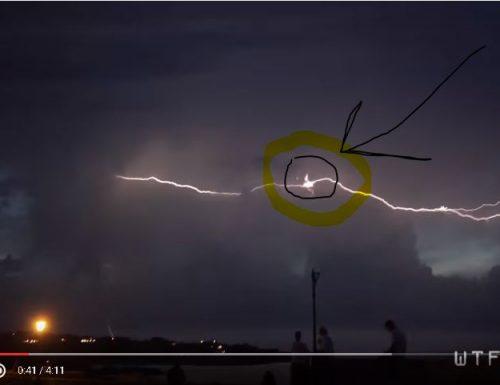 Ufo colpito da fulmine.