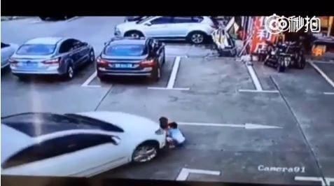 Video forte. Auto investe tre bambini che giocano seduti.