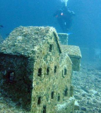 CAP D'ANTIBES. A 30 metri sotto il livello del mare. Cittadina francese sommersa sottomarina.