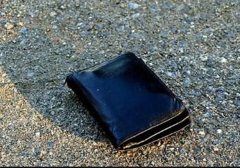 Come tutti ben sappiamo quando si perde il proprio portafoglio, a meno che non ci sia una cifra enorme dentro, il fastidio che ci crea sono i documenti.. e il gesto di restituirlo al proprietario, diventa un atto di un'importanza rilevante. In un certo senso ti senti anche soddisfatto del gesto che hai compiuto..