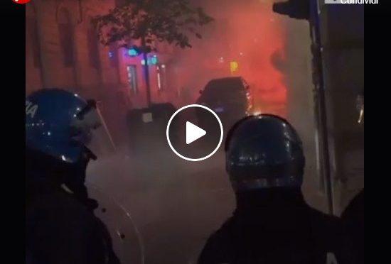 Guerriglia urbana a Torino. La polizia spara i lacrimogeni.  Gravi danni.